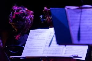 Partition posée devant une violoncelliste