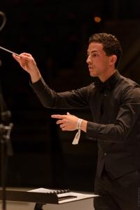 Chef d'orchestre dirigeant le concert chez France3 Alsace.