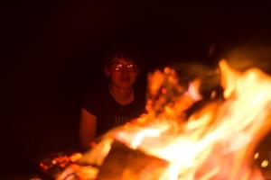 Regarder le feu et se laisser emporter dans ses rêves