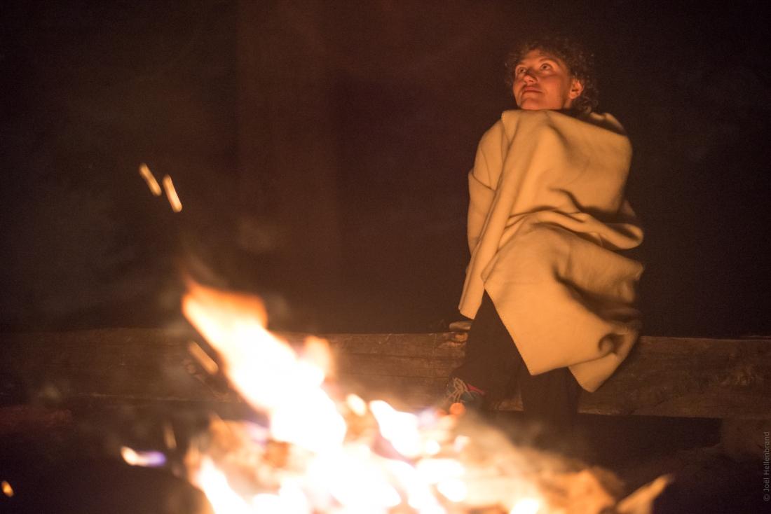 Regarder les étoiles près du feux et se sentir relier à l'eternité